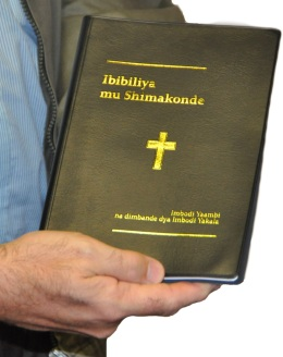 Holding Makende Bible